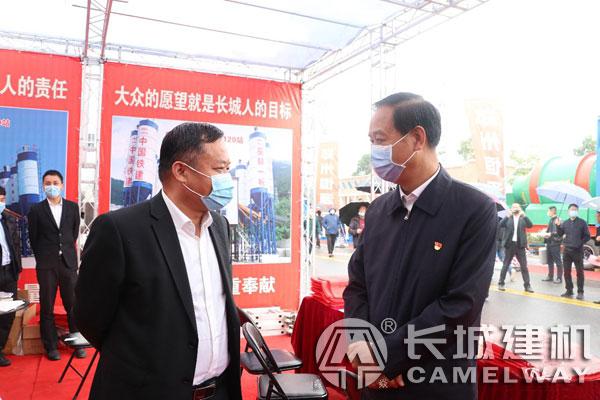 荥阳市市委书记宋书杰与长城建机袁总沟通